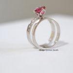 Dubbele ring wit goud met roze saffier en briljant, handwerk uit eigen atelier te Mechelen.