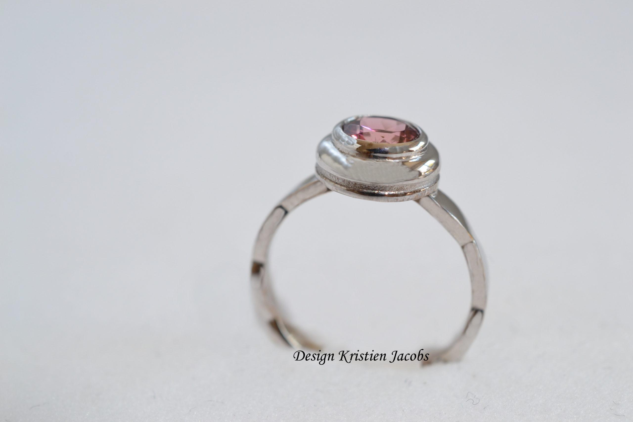 Ring wit goud 18 kt met roze saffier, handgemaakte ring met roze steen, eigen atelier te Mechelen, naar ontwerp Kristien Jacobs