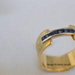 Ring geel goud met brugje blauwe saffier, verloren was techniek, handwerk uit eigen atelier naar ontwerp Kristien Jacobs