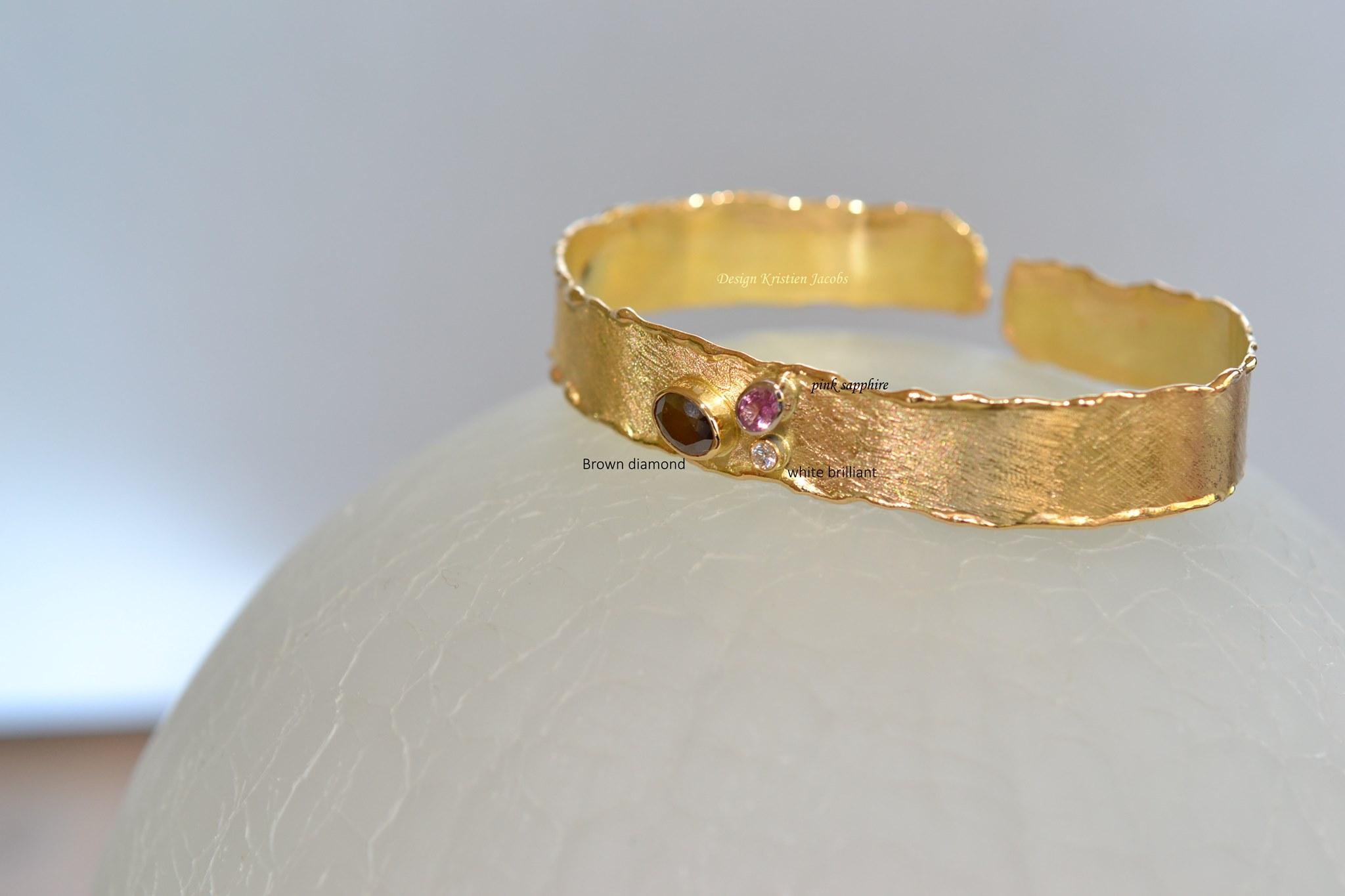 Armband geel goud met drie stenen: bruine diamant, witte briljant en roze saffier., Handmade, handgemaakte juwelen uit eigen atelier.