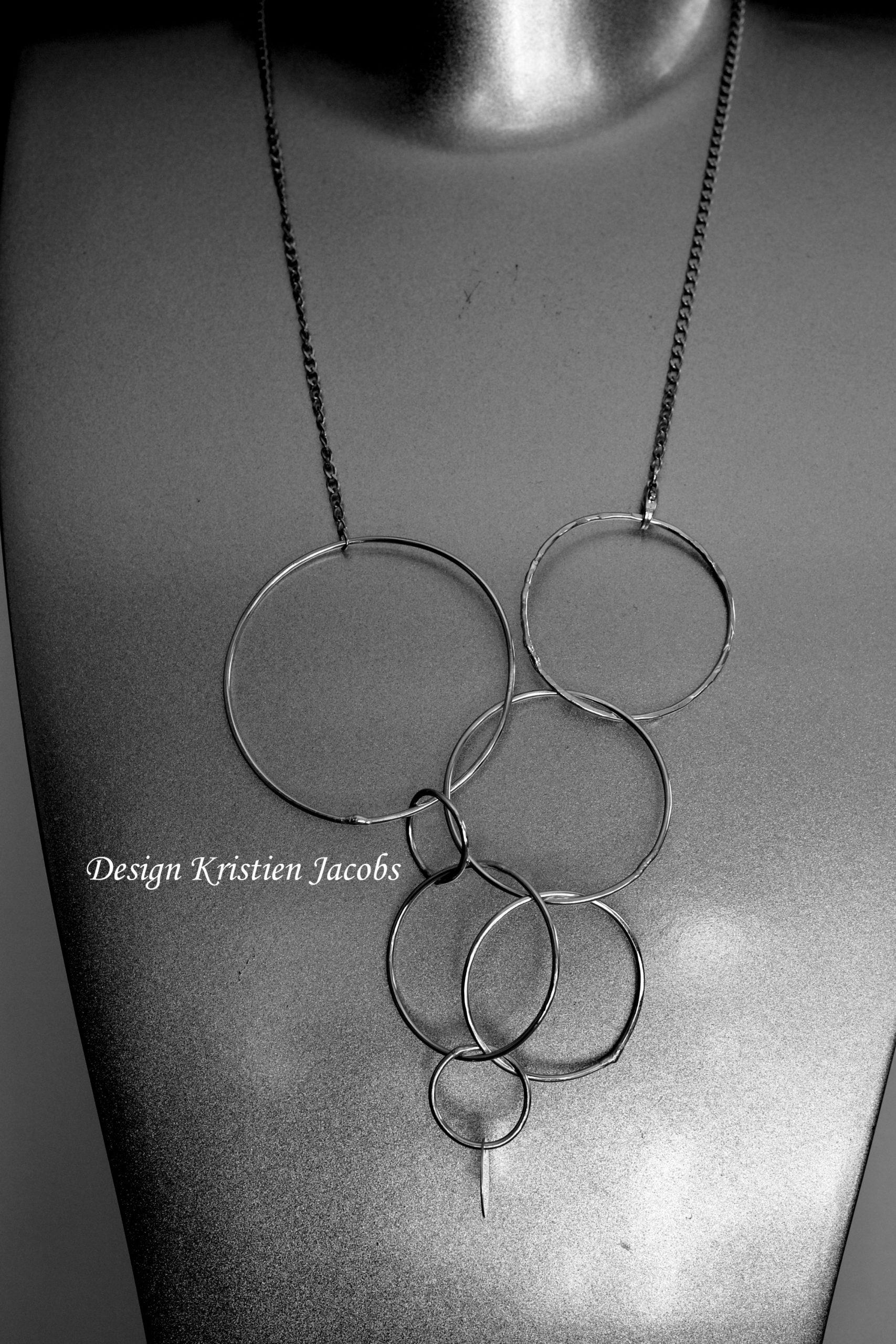 Halsketting sterling zilver grote cirkels Spelen met zilver, origineel concept, handgemaakte juwelen ontwerp Kristien Jacobs