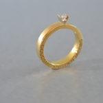 V-collectie geel goud met briljant, Handgemaakte juwelen uit Mechelen